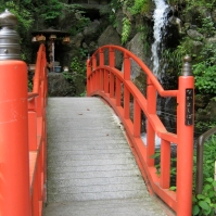 "On the grounds of Nanzōin's compound, a bridge labelled the ""[people who] get along well bridge"" (August 2010)"