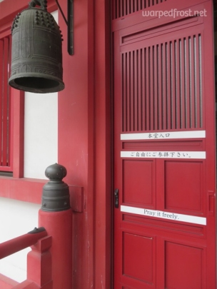 "On the door to Shin-eiji Temple (an annex of Naritasan Temple) in Sapporo, they translated ""Pray freely"" to ""Pray it freely"", which I thought felt more poetic. (May 2016)"